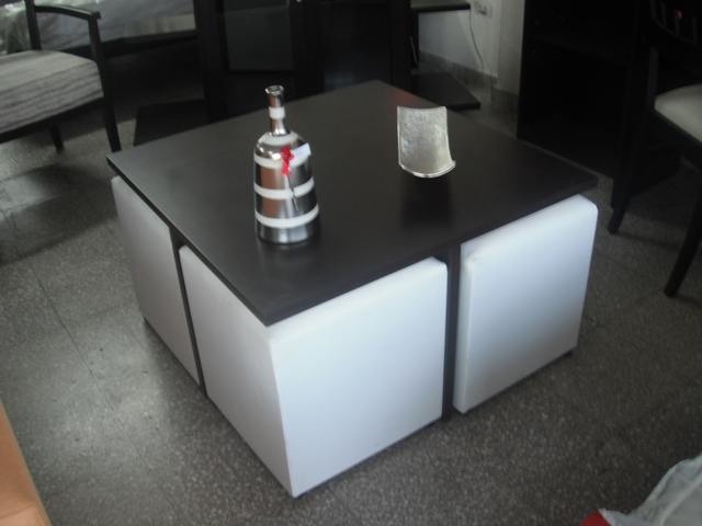 MESA DE LIVING CON 2  Y 4 POUFT